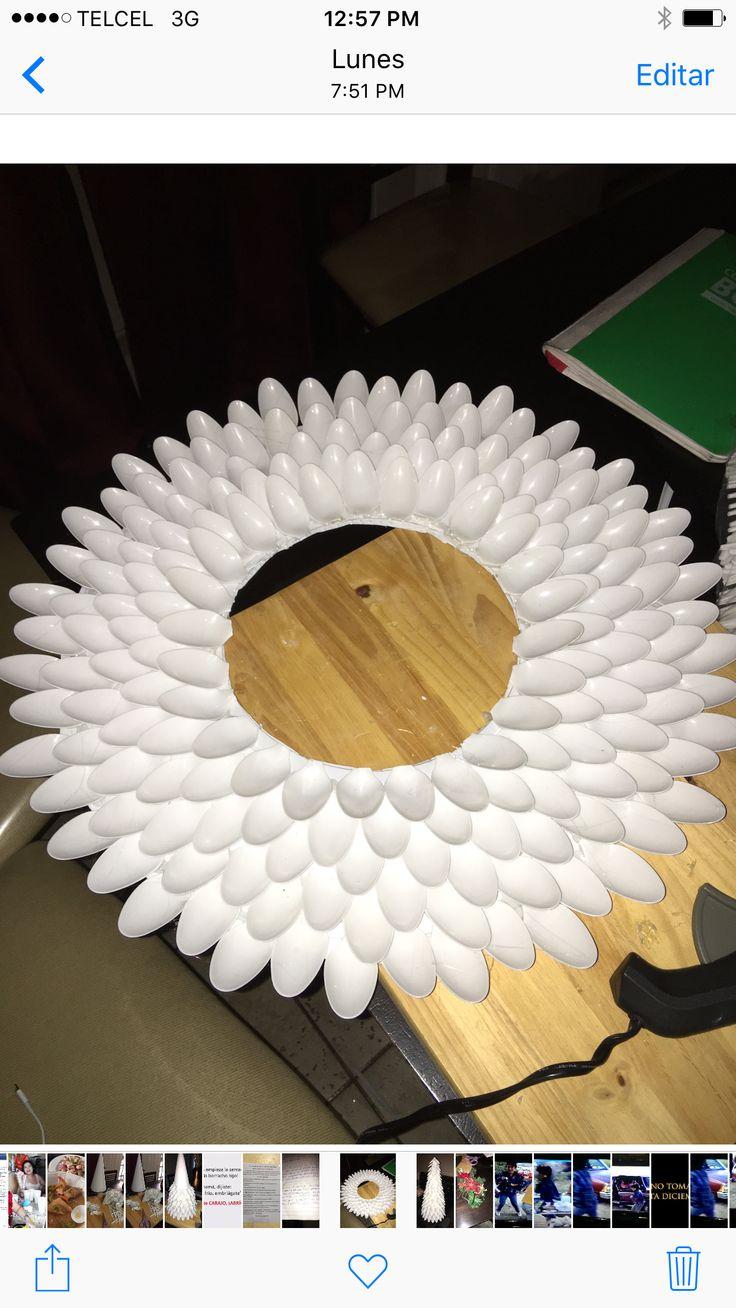 Corona navideña hecha de cucharas