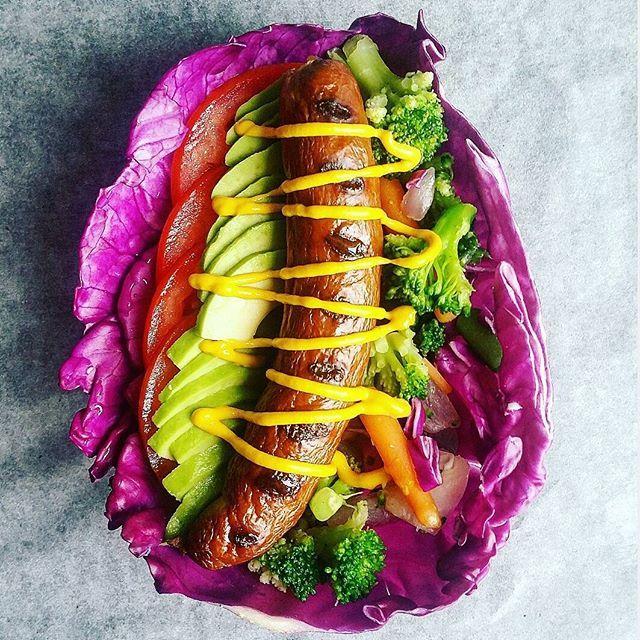 Fredags-hotdog til fodbolden  Lidt alternativ hotdog, men super smagfuld og lækker. Det røde spidskål holdte på alle grøntsagerne og oksepølsen fra Hanegal. Tomater, avocado, gulerødder, broccoli, rødløg og lidt sød amerikansk sennep. Meget mættende og sprængfyldt m. en masse lækkert grønt  #aftensmad #dinner #foodnerd #hotdog #healthyjunk #hanegal #fitfamdk #fitfam #healthyfood #instafood #LCHF #cleanfood #simplefood #sund #sundhed #ernæring #mums #velvære #muskelmad #vægttab #kcal #pa...