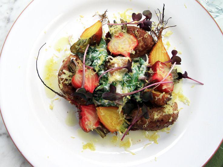 Lammfärsjärpar med rostade primörbetor samt spenat- och fetaostsallad | Recept från Köket.se