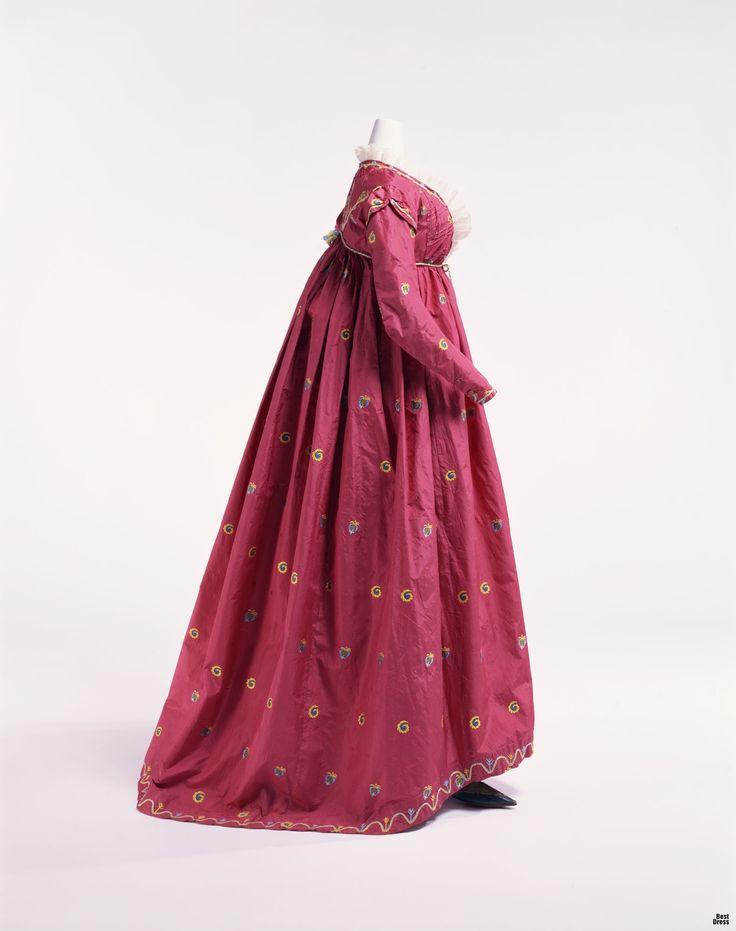 """ок. 1795г., Италия  """"Круглое платье"""" (round gown) - платье с высокой талией, находящейся непосредственно под грудью. Во времена Французской революции роскошные платья стилистики рококо уступили место таким вот спокойно-незамысловатым нарядам. Платье имеет такое название из-за своего силуэта."""