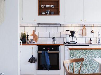 Białe szafki i ciemna drewniana podłoga w aranżacji kuchni (51861)
