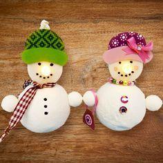 Diese Bastelanleitung ist das Größte für alle Kinder – Schneemänner mit leuchtenden Nasen! So geht's: Für das Gestalten des Kopfes wird ein Teelicht mit Batterie verwendet. Die ganze Schritt-für-Schritt Anleitung mit Video-Tutorial gibt's hier: http://www.trendmarkt24.de/bastelideen.schneemann-basteln-mit-kindern.html#p
