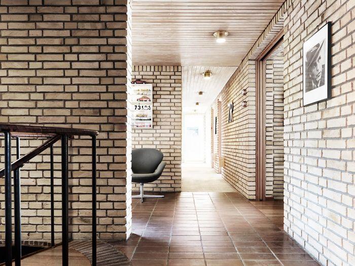 Swan armchair by Arne Jacobsen from Fritz Hansen | Korridor_1-60-tal-tegelvilla-gult-tegel-inspiration