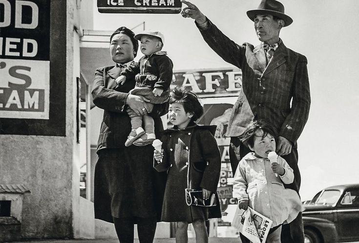 Excursión de domingo (1940) Tras haber visitado el Cactus Drugs, el negocio que se ve al fondo, para comprar un helado para las hijas mayore...