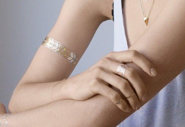 Bracciale e anello metallico da tatuare