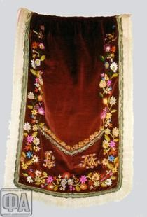 ΠΟΔΙΑ (ΠΟΔΕΑ)  Φτιάχνονταν από βελούδο βυσσινί ύφασμα και κάλυπτε το μπροστινό μέρος του μισοφοριού. Την κεντούσαν στο τελάρο ειδικές κεντήστρες ή και οι ίδιες οι γυναίκες με διάφορα σχέδια, κυρίως κλάρες με λουλούδια. Χρησιμοποιούσαν χρωματιστές κλωστές και διακοσμούσαν τα σχέδια με χάντρες και πούλιες. Πολλές φορές συνήθιζαν να ράβουν πάνω στην ποδιά τα αρχικά του ονόματός της κοπέλας στην οποία ανήκε. Ο γύρος, το τελείωμα δηλαδή της ποδιάς στολίζονταν ολόγυρα με δαντέλα.
