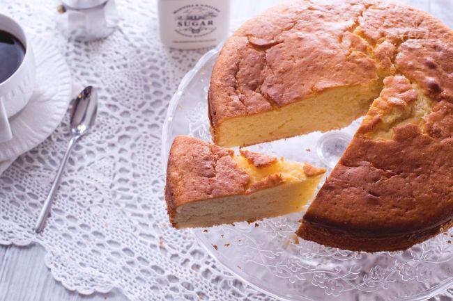 La torta soffice allo yogurt è un dolce leggero e morbido con un impasto profumato, particolarmente ideale per la colazione o per una buon merenda.