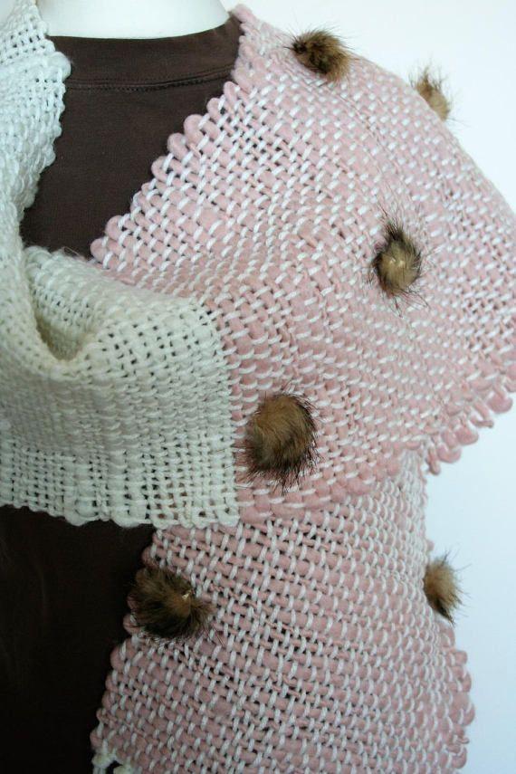 Sciarpa di lana rosa e panna con pompon di pelliccia