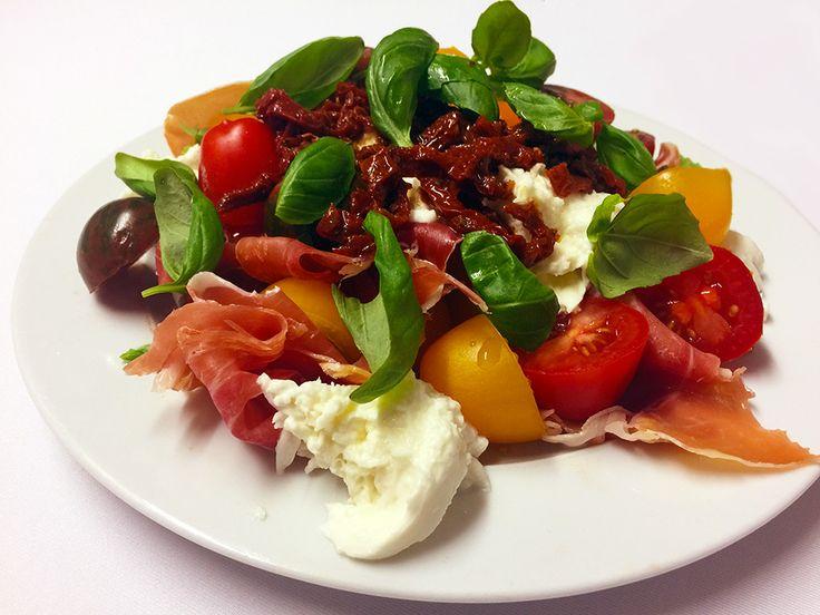 Tomatsallad med mozarella, parmaskinka, basilika och soltorkade tomater