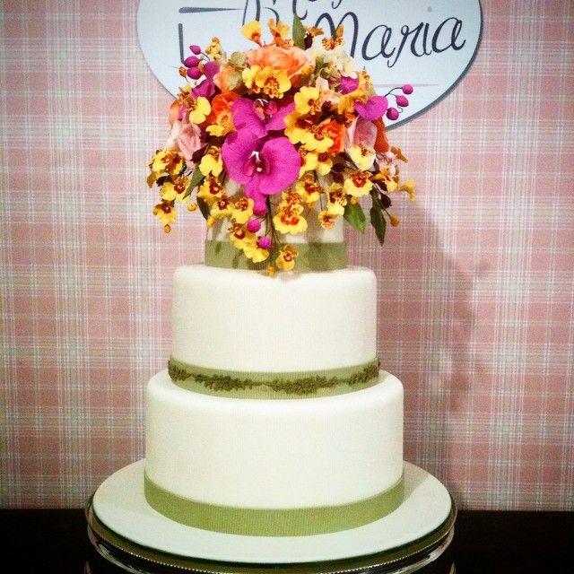 Depois de florar durante 15 dias , pétala a pétala, modelando e pintando as orquideas, rosas, Peônia ... ficou pronto o bolo para a festa assinada por @priscilladiniz .  #marciamariacakes #festas#bolosfemininos#sugarflowers#