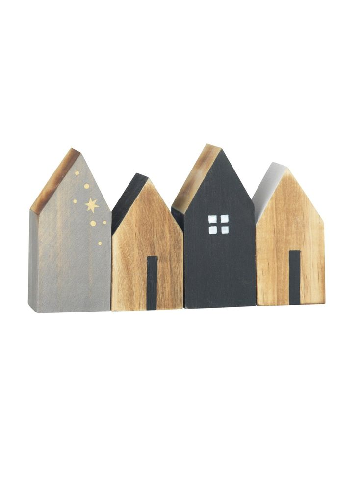 Die kleinen Dekohäuser aus Holz von Madam Stoltz über Bertine, um 14 Euro, zaubern skandinavisches Flair und lassen sich zu einer kleinen Winterlandschaft kombinieren.