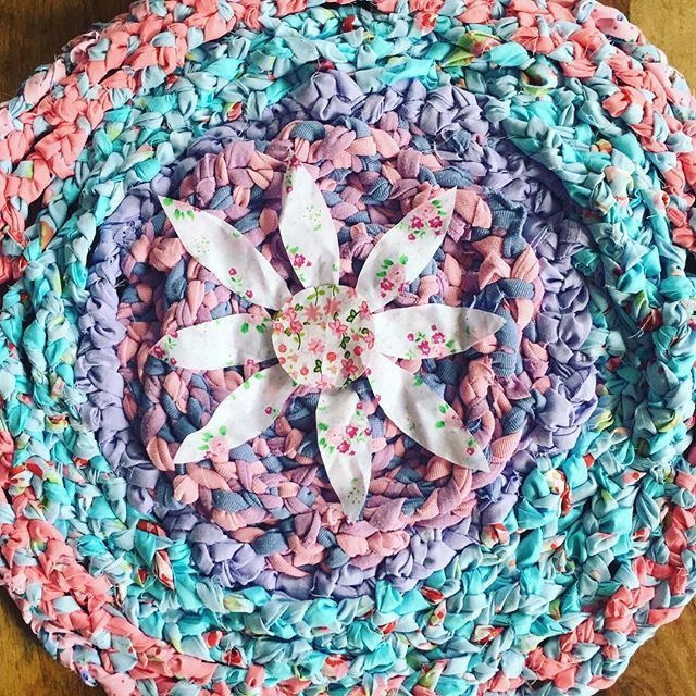 One child at home with chicken pox means she can help me make a rag rug for my #sheshed I really should be packing orders 🙈 #ragrug #handmadedecor #personalmake #craft #crafts #fabricscraps #fabric #tshirtyarn #tshirtyarnrug #floral #htlmp #britcraft #craftbuzz #childhomesick #supermum #workathomemum #norestforthewicked #ameliereneedesigns #stotfold