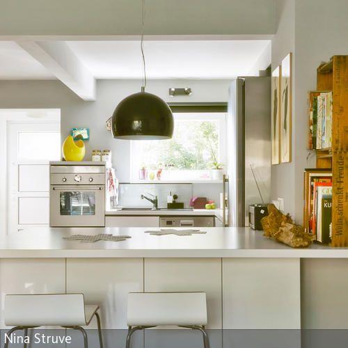 Die Weiße Einbauküche Mit Tresen Und Barhockern Wirkt Mit Ihren Spitzen  Ecken Und Kanten Sehr Modern