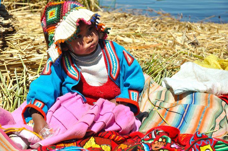 bimba sull'isola galleggiante degli Uros, Lago Titicaca, #perù