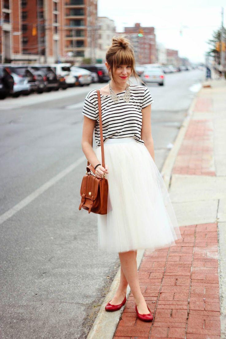 Blusa listrada branco e preto com saia de tule branca e sapatilha vermelha