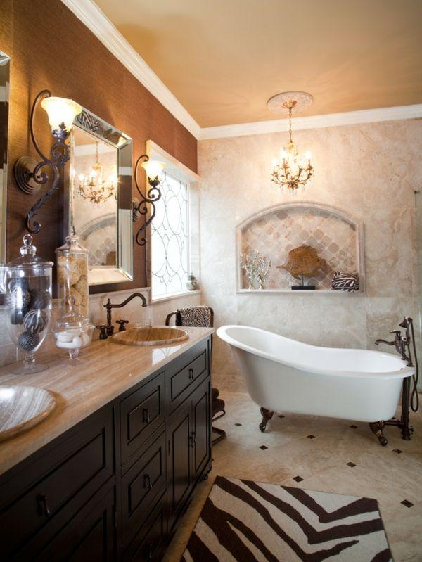 commode en bois et baignoire sabot blanche, miroir éclairé et plafonnier splendide