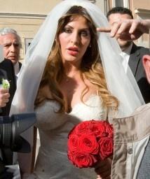 Guendalina Tavassi sposa Umberto D'Aponte in diretta su Raiuno. Il matrimonio è stato celebrato sabato scorso a Roma. L'abito di Gai Mattiolo.