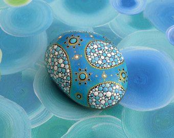 Cette pierre a été peint amoureusement conçue. J'ai peint la pierre avec la technique de dosage. Il est merveilleusement adapté pour la décoration de l'appartement, sur la terrasse, comme un cadeau spécial et plus encore. La face arrière de la pierre est non peinte.  Cette «Brummer» grâce à sa taille seul est un vrai eye-catcher!  La pierre a été peinte à l'acrylique et scellée avec de la laque transparente. En conséquence, il obtient une belle Happtik.  Dimensions: 19 x 12 cm x 7 cm…