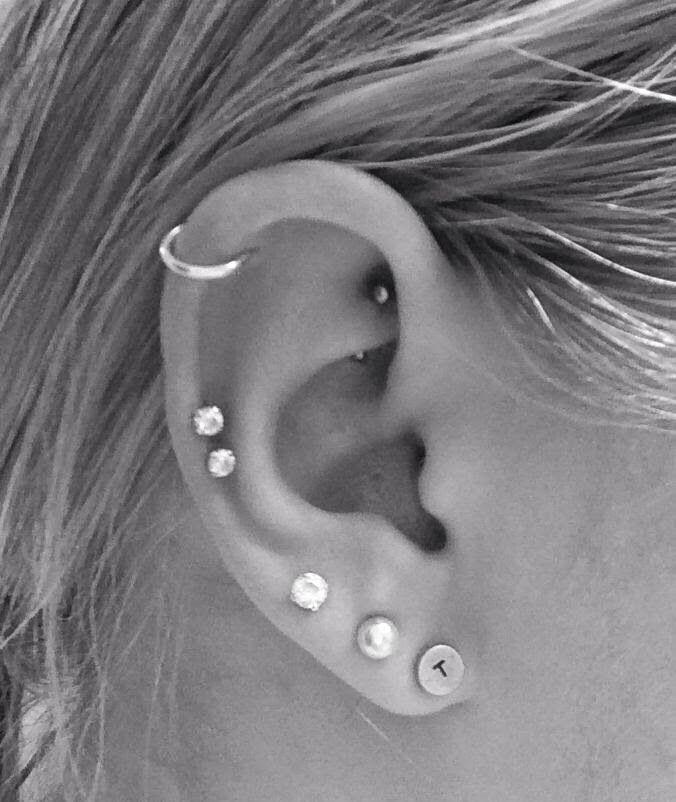 Resultado de imagem para piercing na orelha helix