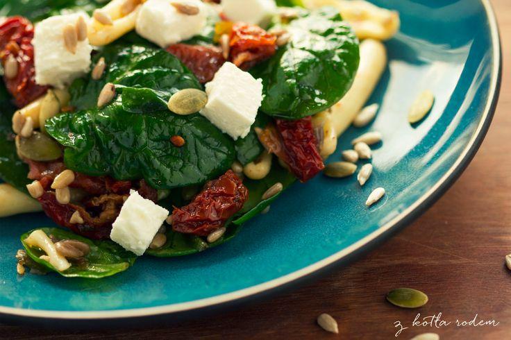Sałatka ze szpinakiem i suszonymi pomidorami - Świeży szpinak, ser a'la feta, suszone pomidory, pestki dyni lub słonecznika... mmm :) #szpinak #feta #suszonepomidory #wiosna #dynia #pestkizdyni #pestkislonecznika #salatka