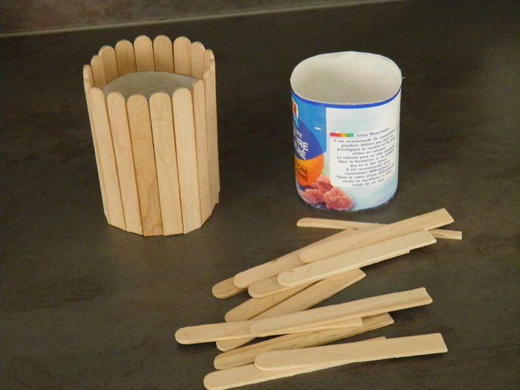 fabriquer un pot à crayon...bonne idée les bâtons de popsicle!