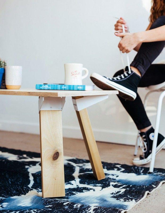 インテリアのローテーブル実例厚めのベニヤやランバーコアの板材に脚固定金具で脚を取り付けただけですが、シンプルなかっこよさがありますね。