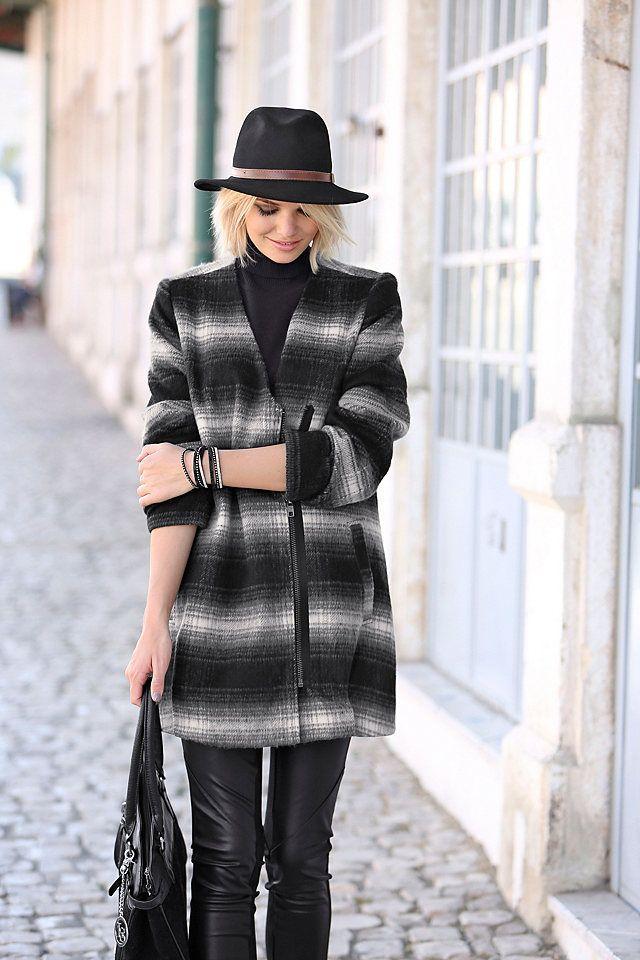 Harmonie pur: Die stylische Langjacke punktet mit coolem Schnitt im Minimal-Look, asymmetrischem Reißverschluss und trendigem Karomuster in schwarz/weiß. Dank der wärmenden Wollmischung ist die angenehm leichte Jacke ideal für die Übergangszeit in den Frühling.