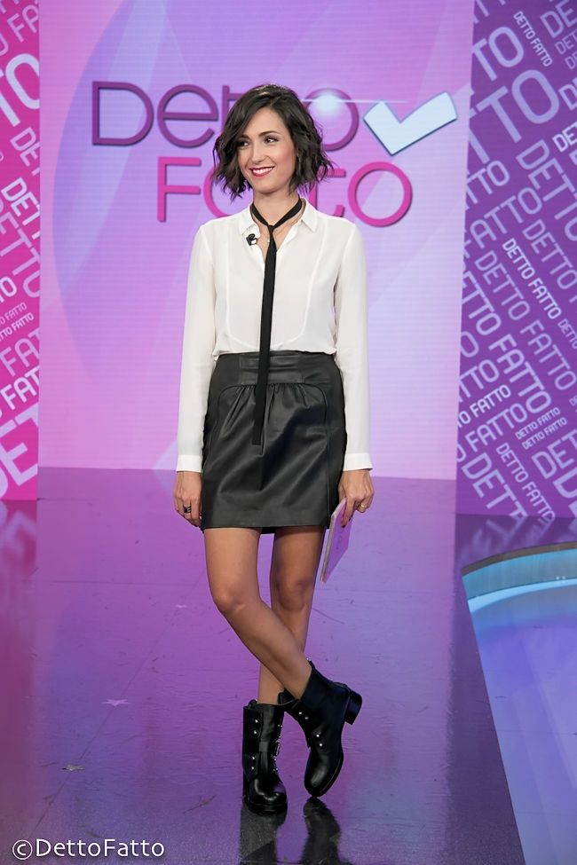 Caterina Balivo (camicia e gonna Comptoir Des Cotonniers, stivali Ballin) #whiteshirt #leatherskirt #booties #booties #shoes