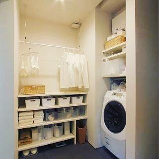 注)毎度のことながら、  画像はネットからお借りしてます  共働きなので、ほぼ室内干しです。  しかも私が朝、旦那が夜入浴するから 浴室乾燥はタイミングがあわず、 洗面脱衣室に、こんな感じで(もっとショボイけど ) 自在棚とハンガーポールを 組み合わせ、その隣に乾いた通勤服を片付ける クローゼットを設置することにしました。  次々と私の悩みを クリアにしてくれる設計さんପ(⑅︎ˊᵕˋ⑅︎)ଓ 頼りにしてます  #一条工務店 #アイスマート