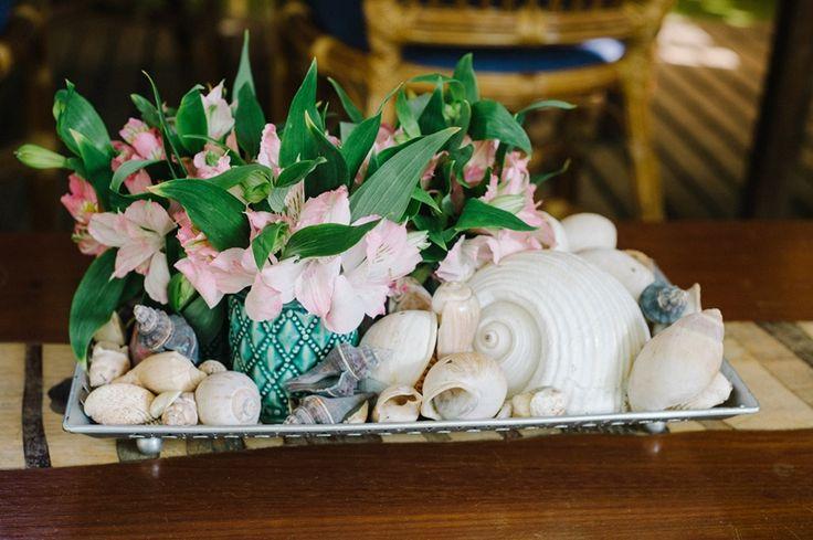 Ideias criativas para casamento na praia: centro de mesa de conchas - Foto Lutterbach Fotografia