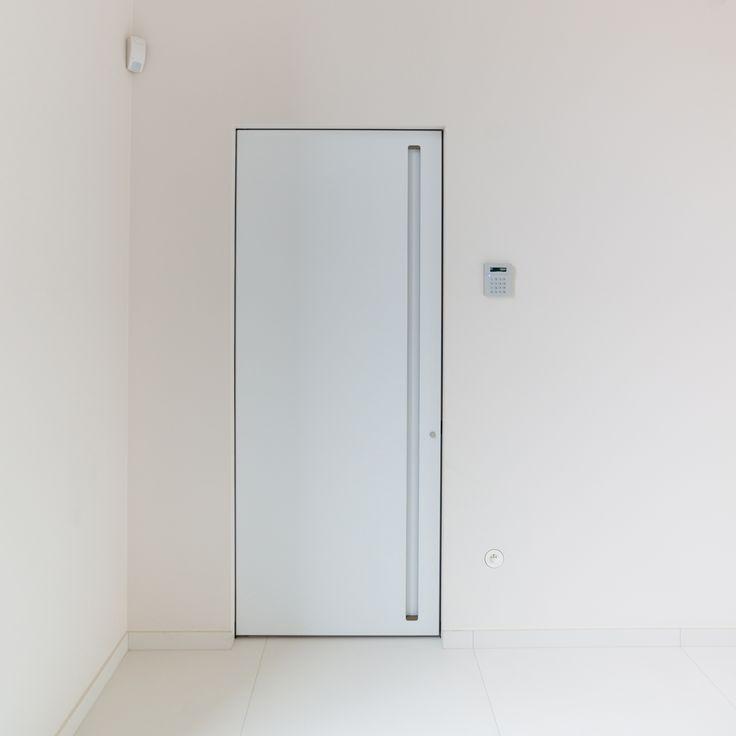 Moderne binnendeur met ingewerkte greep zonder klink. De verticale ingebouwde handgreep is kindvriendelijk, makkelijk in gebruik en heeft geen uitstekende elementen die de muur kunnen beschadigen.