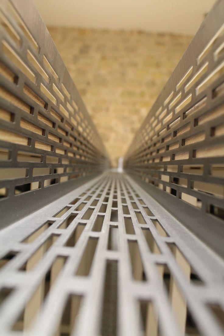 le.nid AI - projet 75_11è - aménagement d'un espace de travail en coworking - zoom sur séparation passe-câbles en métal perforé