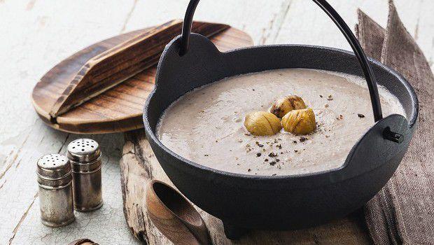 La ricetta semplice della vellutata di castagne, un primo piatto sfizioso e originale perfetto per le fredde serate d'inverno