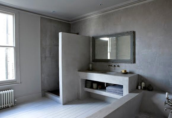 På dette badet finnes ikke et eneste butikkkjøpt bademøbel.   Her har de dekt vegger, støpt badekar, hyller, servantbenk og dusjvegg....