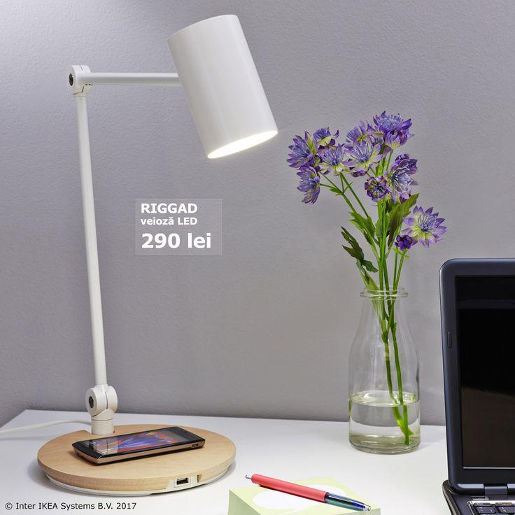 Veioza RIGGAD are încărcător wireless și te ajută să transformi cablurile în exces într-o amintire. În plus, becurile LED te ajută să economisești energie. Descoperă mai multe multe produse sustenabile pe www.IKEA.ro/economie_de_energie