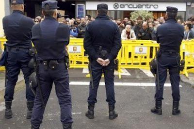 «Los pantalones son para marcar los huevos». Dos mujeres policías denuncian a sus mandos en un juzgado de Valencia por presunto acoso laboral, falsedad documental, trato discriminatorio y prevaricación. El Diario Vasco, 2015-09-29 http://www.diariovasco.com/sociedad/201509/29/pantalones-para-marcar-huevos-20150929112345.html