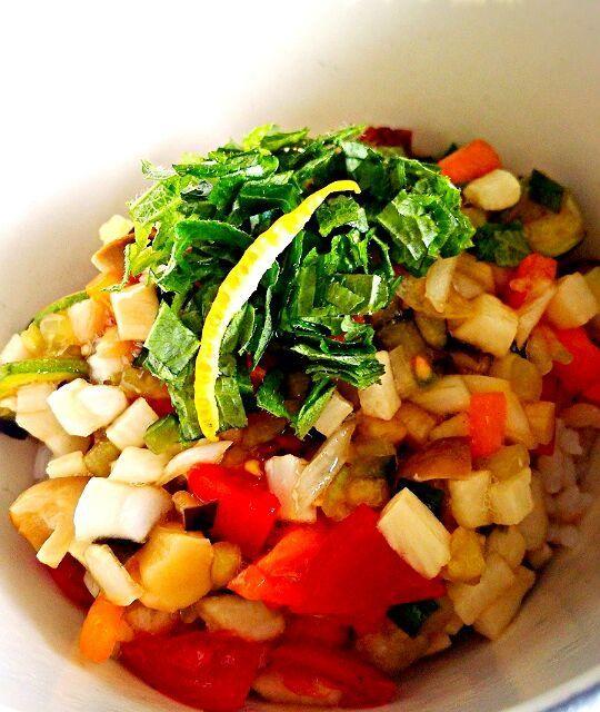 ご飯は雑穀米です。納豆の上にだしをのせて、イタリアンだしをかけて飾りにシソの葉っぱを。 味のベースは柚と昆布だしと醤油です。 ドライトマトとプチトマト、パプリカが入ってイタリアン? - 73件のもぐもぐ - 山形県のだしをイタリアン風味にしました。ローフードです by kewpiesato
