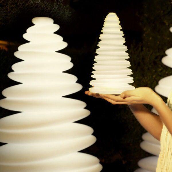 Die erste Kerze am Adventskranz brennt schon, und jetzt ist auch endlich das erste Türchen dran! In unserem LightingDeluxe Adventskalender verlosen wir heute eine Chrismy Nano Tischleuchte. Der Mini-Weihnachtsbaum von Vondom bringt neuen Schwung in die traditionelle Adventsbeleuchtung!