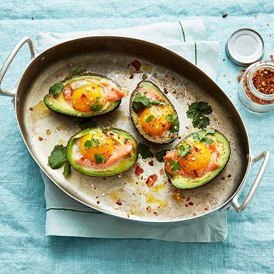Avokadoägg, vad är nu det? Jo, det är avokadohalvor som man knäcker ner äggulor i och bakar i ugnen tills gulan nätt och jämnt har börjat stelna. Lägg i skivor av kallrökt lax för en ett matigare avokadoägg. Toppa med chiliflakes och du har en suverän brunchrätt.