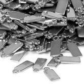Metallilaattoihin voit lyödä punsselilla kirjaimia ja numeroita tai kaivertaa tekstiä ja kuvioita.  http://www.helmikauppa.com/riipukset-metallilaatat-c-237_674.html