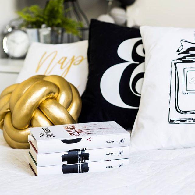 Ooo retyyyy jak ta Tess wciąga! 😱Zapowiada się lato z Anatomią Zbrodni! 😎📚 A Wy co ciekawego obecnie czytacie? 😊   Ps. Poduchy ▶ @zloteplakaty 🎀 #TessGerritsen #Chirurg #Dawca #Skalpel #AnatomiaZbrodni #kochamczytac #bookstagram #bookporn #ilovereading #readingtime #booklover #thriller #loveit #slowtime #mytime #agublog #polishblogger #beautyblogger #picoftheday #bestmoments