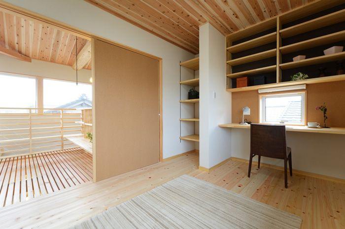 T-H house: 天井には杉の羽目板を張りました。開放感ある空間に仕上がっています。 一部梁現しのスノコ天井になっており、爽やかな光が差し込みます