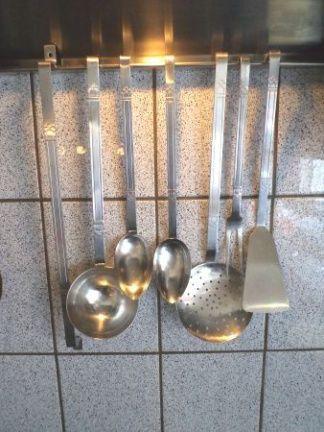 Een lepelrek. Dat hing volgens mij in iedere keuken.