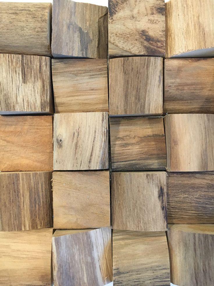 Wood pannel bestaande uit teak houten blokjes in ongelijke diktes.
