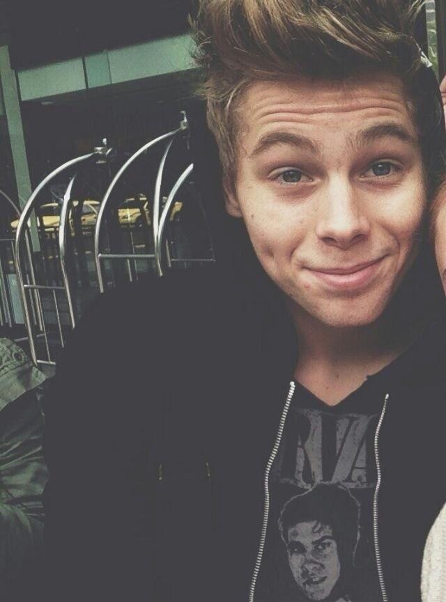 Luke Hemmings (: them dimples