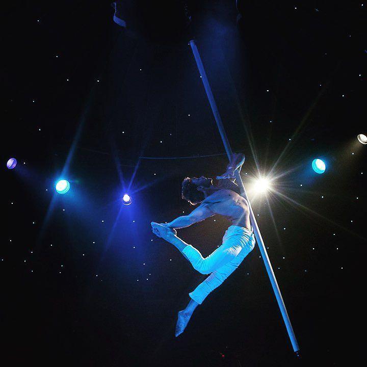 Fantasia heißt die aktuelle Show im Schuhbecks Teatro. Wir haben die aktuelle Show angesehen voll mit wilder Rollschuhakrobatik und magischen Momenten mit Pole Akrobatik von Davide Zongoli.... #münchen #muenchen #munich #schuhbeck #teatro #akrobatik #fantasia #schuhbecksteatro #premiere #opening #gourmet #revue #variete #artist #theater #show #cabaret #riem #spiegelzelt #teatro