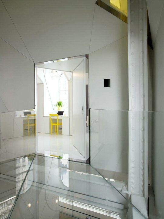 Glass Bridge_Spanning Stairwell / Lower Manhattan Penthouse_01.Entry / David Hotson Architect