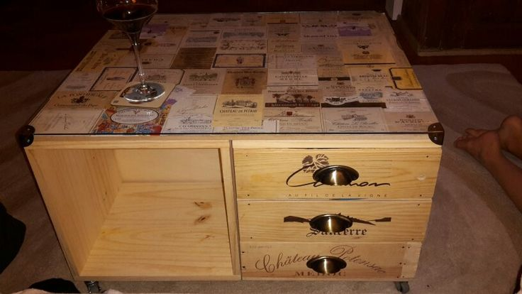 table basse avec caisse de vin et tiquettes de vin d co. Black Bedroom Furniture Sets. Home Design Ideas