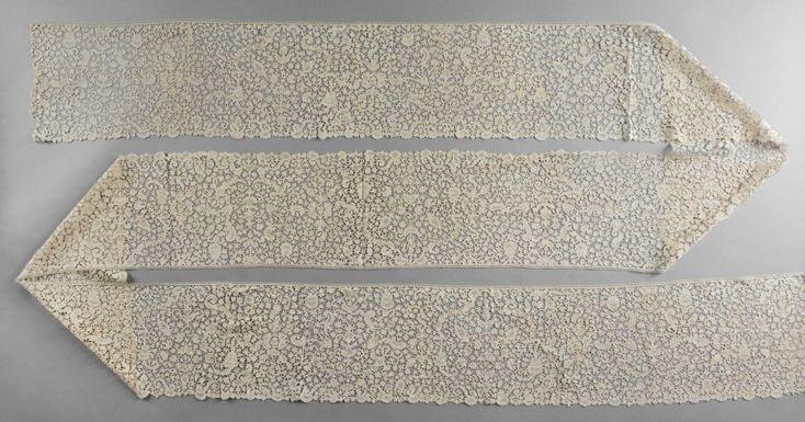 Volant en dentelle de Flandre, fuseaux, vers 1700. Décor «à la Bérain» en symétrie libre de vases, fleurs et candélabres reliés par un réseau à brides picotées (bel état, qqs rares traces de stockage).… - Coutau-Bégarie - 26/10/2016