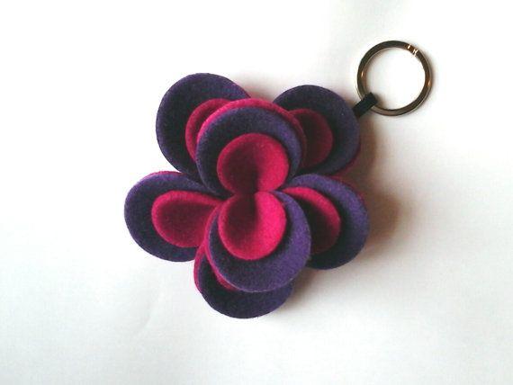 Portachiavi a fiore di feltro.Flower felt keychain. di Chiarasole